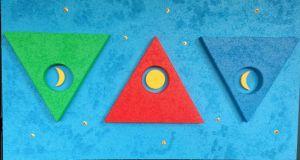 TRIADE - Tre triangoli; verde la speranza della gioventù, nel centro la luna crescente che rappresenta la donna giovane ed il triangolo viene rappresentato dal colore rosso, che rappresenta la maturità ed al suo interno troviamo la luna piena ovvero la donna matura. Il blu simboleggia la serenità ed al centro troviamo il simbolo della luna calante, cioè la donna anziana e la sua saggezza. Il tutto legato anche al valore e significato dei numeri, infatti tre sono i triangoli, nove i lati, nove gli angoli, dieci le gocce del tempo rappresentati da punti color oro.