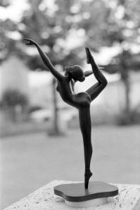 """"""" MARIE """" Tra i lavori che considera più significativi, c'è la ballerina Marie (2013) che segna, attraverso il dominio del movimento ligneo e la capacità di tradurre la grazia del femminile e della danza, un passaggio importante nel suo percorso artistico e tecnico."""