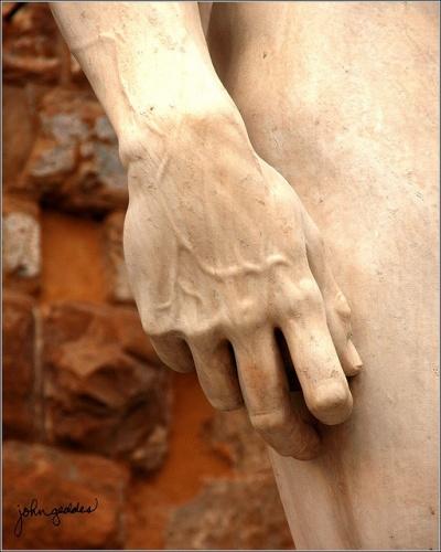 David Opera d'arte Il David è una celebre scultura, realizzata in marmo da Michelangelo Buonarroti, databile tra il 1501 e l'inizio del 1504 e conservato nella Galleria dell'Accademia a Firenze. AutoreMichelangelo Buonarroti Data1501-1504 MaterialeMarmo bianco Dimensioni516 cm × 199 cm  UbicazioneGalleria dell'Accademia, Firenze